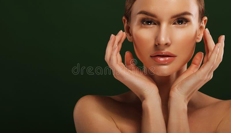 Junger schöner weiblicher Modellabschluß oben, werfend in der Schönheitsart auf Schönes vorbildliches Girl mit perfektem Franc stockbild