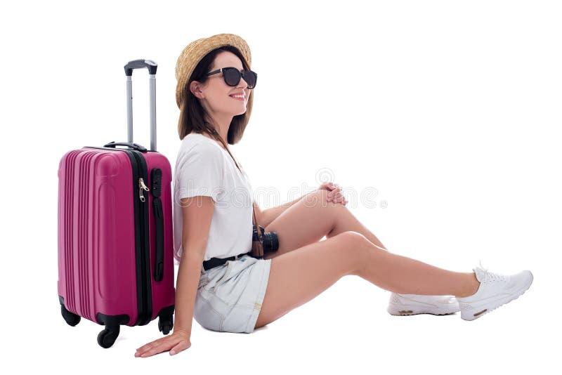 Junger Schönheitstourist im Strohhut mit Koffer und Kamera lokalisiert auf Weiß lizenzfreie stockbilder