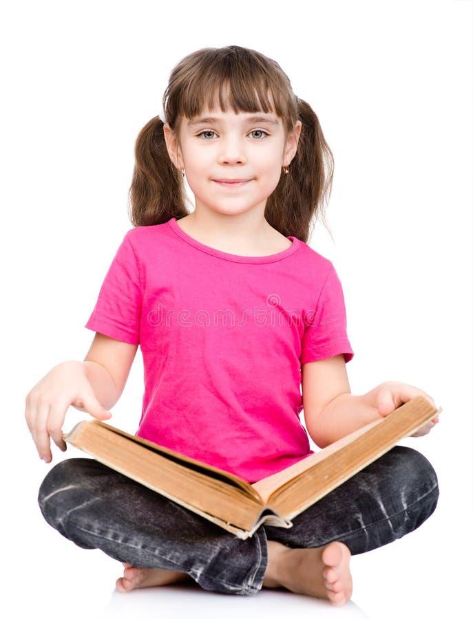 Junger Schüler, der großes Buch hält Getrennt auf weißem Hintergrund stockfoto