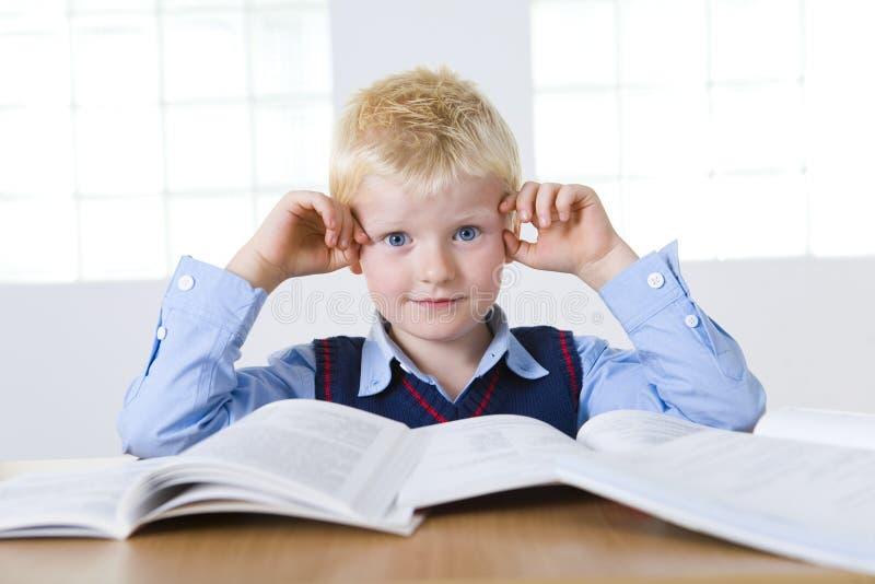 Junger Schüler mit Büchern stockbild