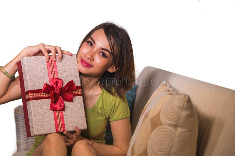 Junger sch?ner und gl?cklicher asiatischer indonesischer Frauenholdinggeburtstag oder Weihnachtsgeschenk, welches die Geschenkbox lizenzfreie stockfotos