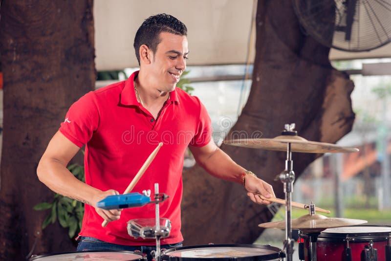 Junger Schlagzeuger stockbilder
