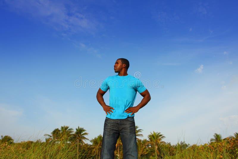 Junger schwarzer Mann, der hoch steht lizenzfreie stockfotos