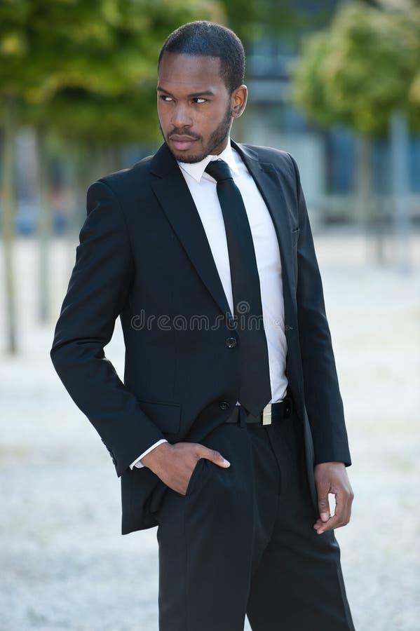 Download Junger Schwarzer Mann Mit Seiner Hand In Seiner Tasche Stockbild - Bild von glücklich, modern: 26372291