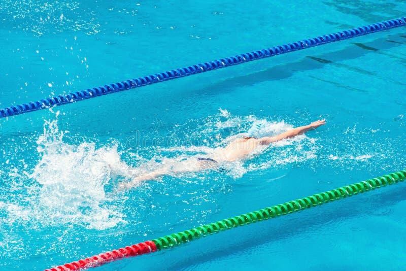 Junger Schwimmer im Swimmingpool Gesundheits- und Eignungslebensstilkonzept mit Athleten Sonniger Tag des Sommers stockfoto