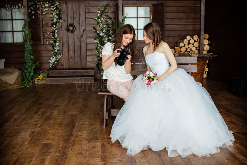 Junger sexy Fotograf stellt dar, dass die Braut gerade Fotos gemacht hatte stockbild