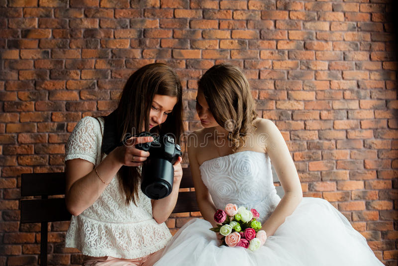 Junger sexy Fotograf stellt dar, dass die Braut gerade Fotos gemacht hatte lizenzfreie stockbilder