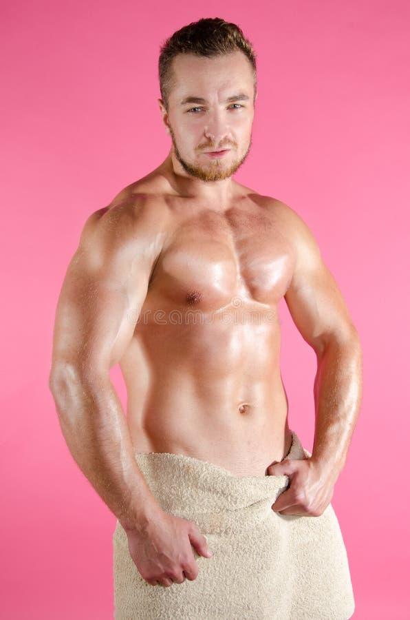 Junger sexy Mann eingewickelt in einem Tuch lizenzfreie stockfotografie