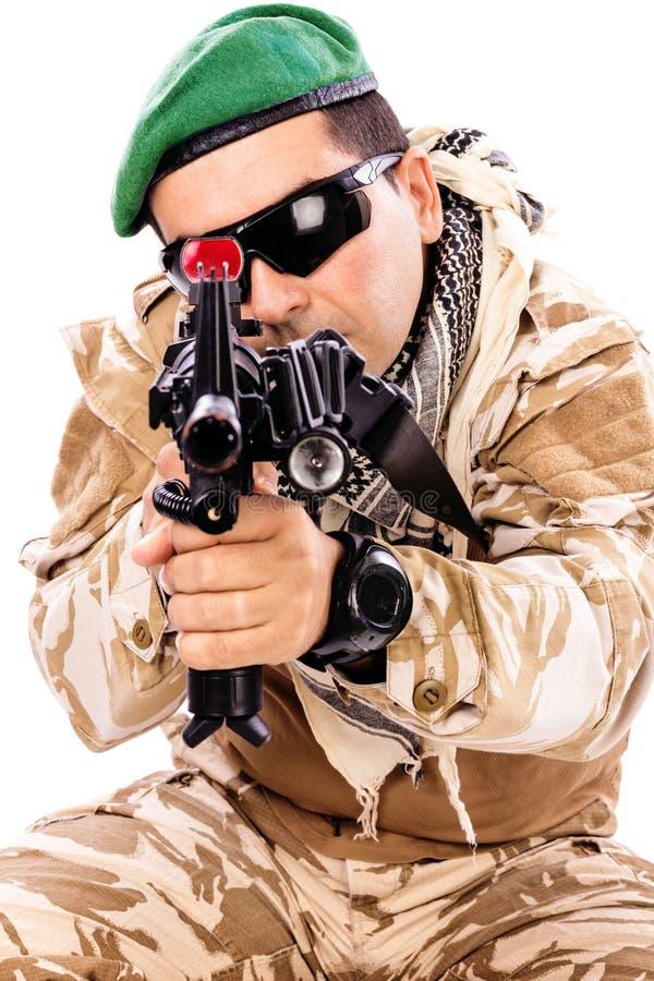 Junger Soldat mit einem Gewehr stockfotografie