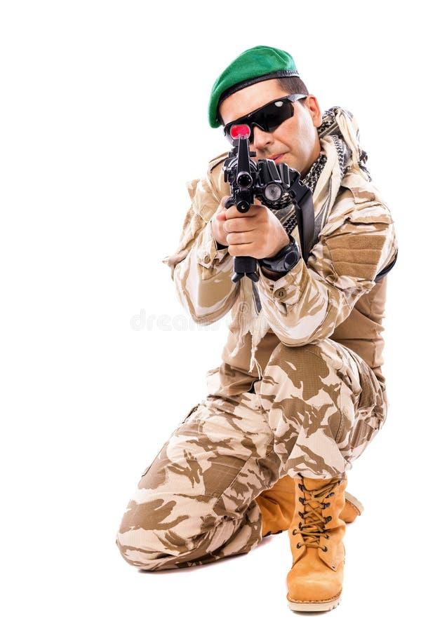 Junger Soldat mit einem Gewehr lizenzfreies stockbild