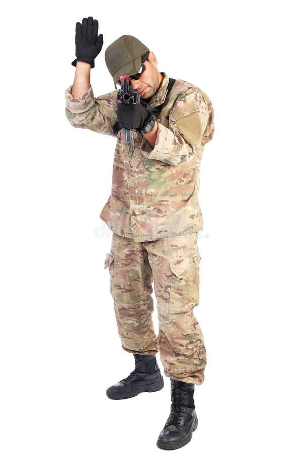 Junger Soldat mit einem RAM hob bereites an zu kämpfen stockbild