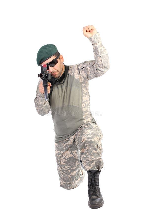 Junger Soldat mit einem RAM hob bereites an zu kämpfen stockfotografie