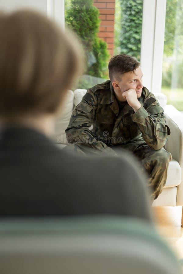 Junger Soldat mit Krise stockfotos