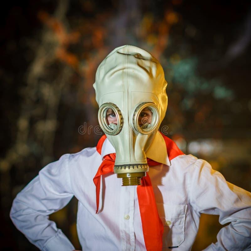 Junger sowjetischer Pionier kleidete in der roten Bindung und in der Gasmaske an lizenzfreie stockbilder