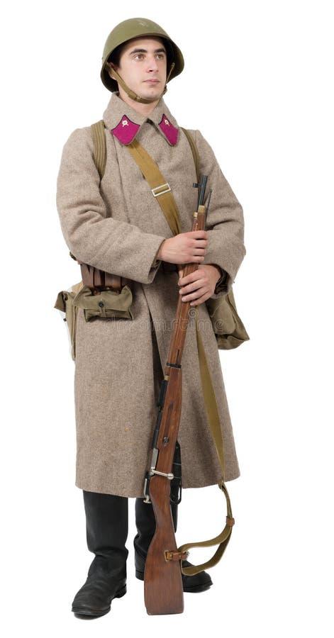 Junger sowjetischer Soldat mit Winteruniform auf dem weißen backgroun stockbild