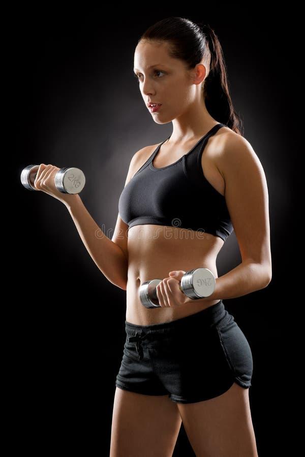 Junger Sport der schwarzen Eignungsfrau belastet Übung stockbilder