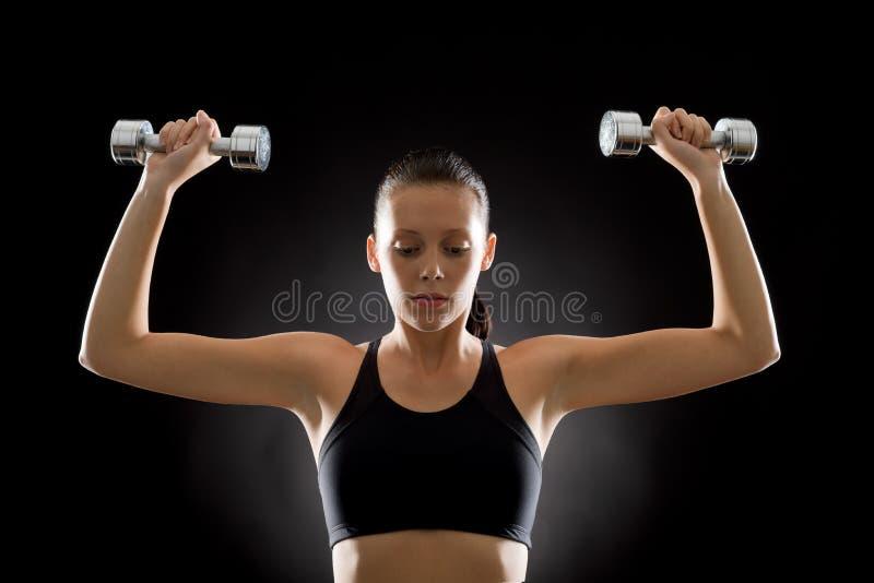 Junger Sport der schwarzen Eignungsfrau belastet Übung stockfotos