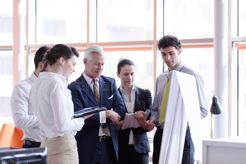 Junger Startgeschäftsmann, der Darstellung zum älteren investio macht stockbild