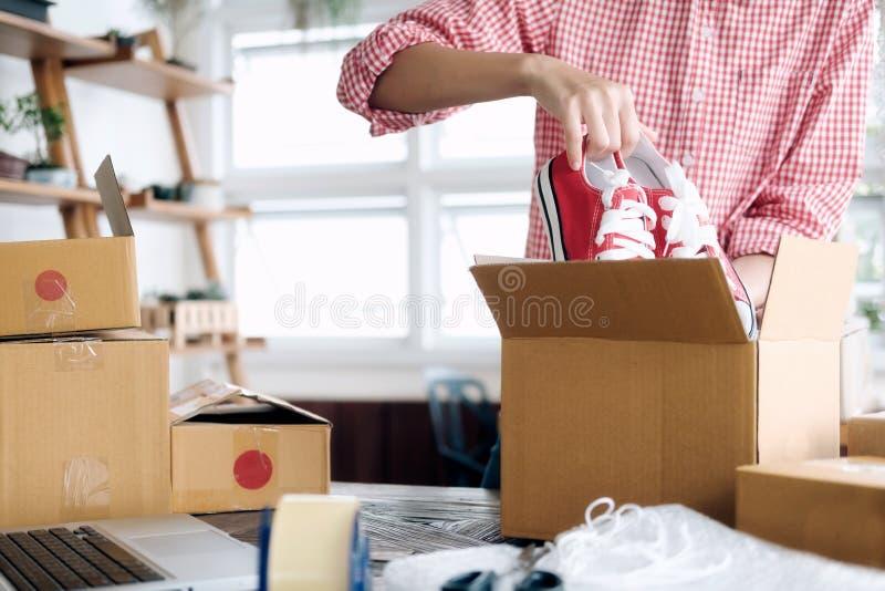 Junger Startunternehmerkleinunternehmer, der zu Hause arbeitet, lizenzfreies stockfoto