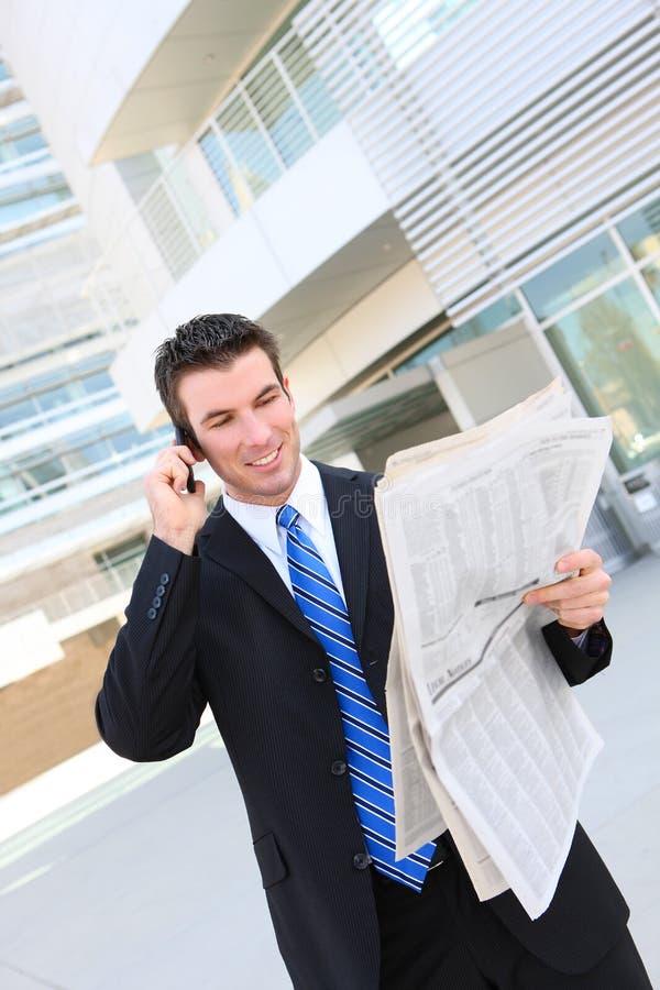 Junger stattlicher Geschäftsmann lizenzfreie stockfotos