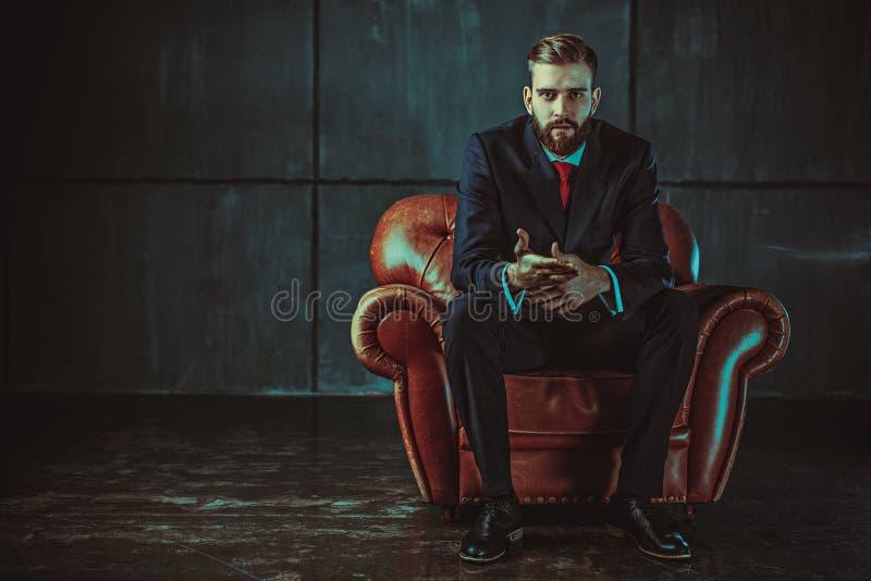 Junger stattlicher Geschäftsmann stockbild