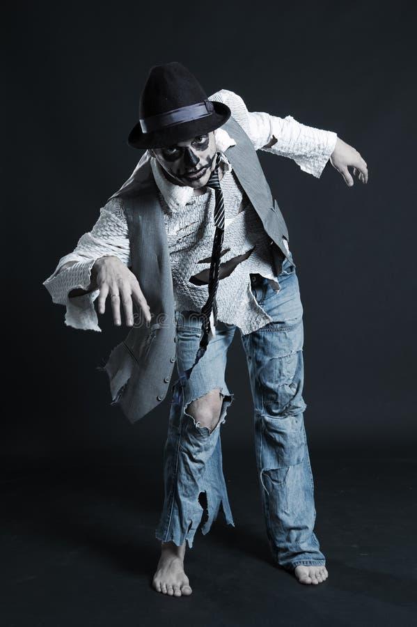 Junger stattlicher Kerl, der wie Zombie aufwirft lizenzfreie stockfotografie