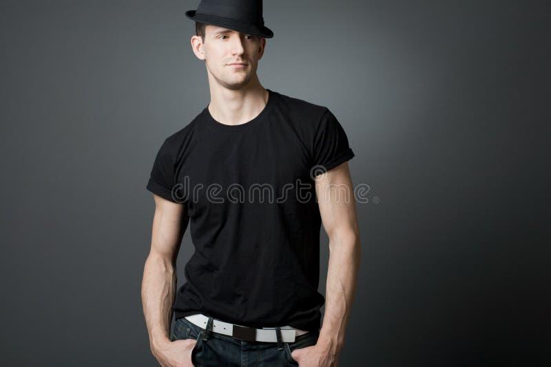 Junger stattlicher Kerl im schwarzen T-Shirt. lizenzfreie stockbilder
