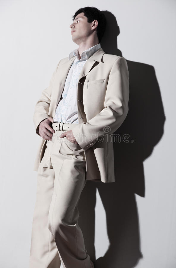 Junger stattlicher Mann in der weißen Klage stockbilder