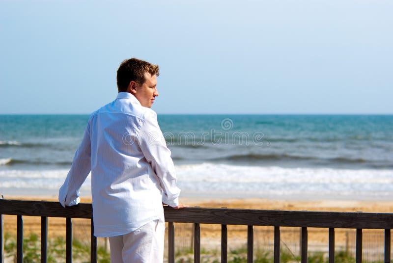 Junger stattlicher Mann kleidete im Weiß an lizenzfreie stockfotos