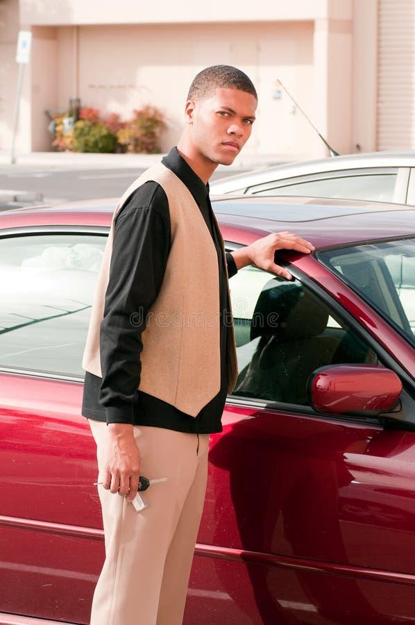 Junger stattlicher Mann mit einem Auto lizenzfreie stockfotos