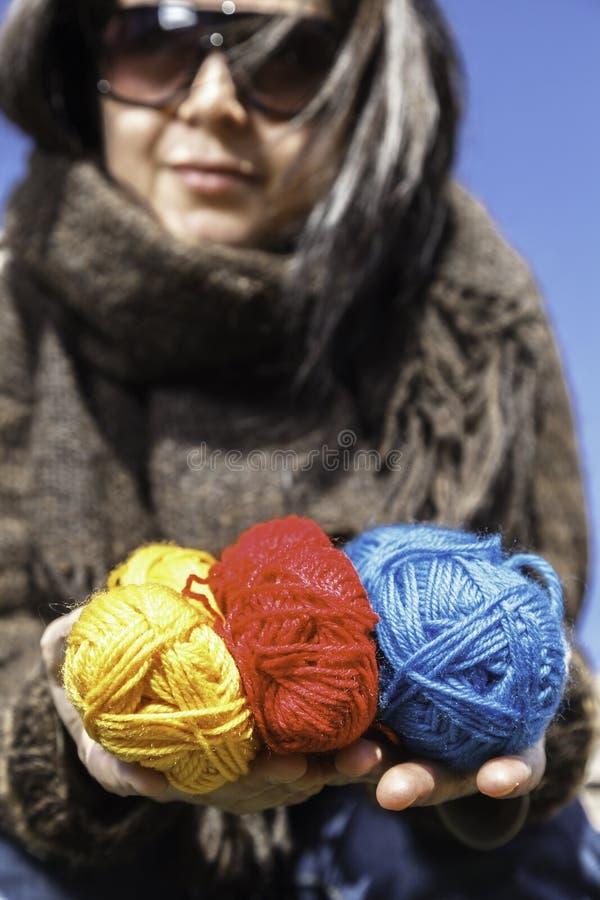 Junger Stricker mit farbigen Garnen der Wolle lizenzfreies stockfoto