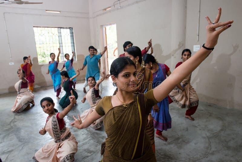 Junger Student, der klassischen Tanz Mohiniyattam von Indien durchführt stockfotografie