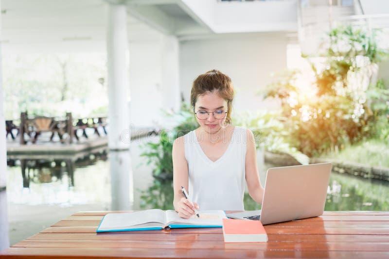 Junger Student Girl Homework mit Laptop-Computer stockbild