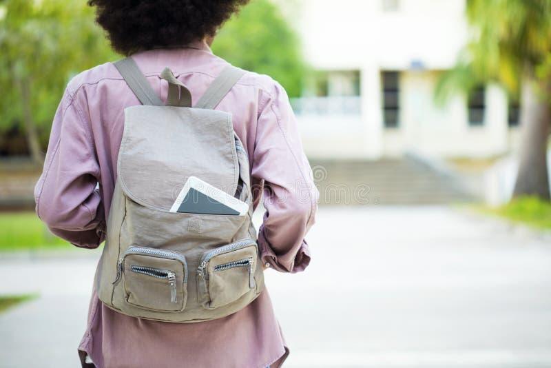 Junger Student im Campus lizenzfreie stockfotos