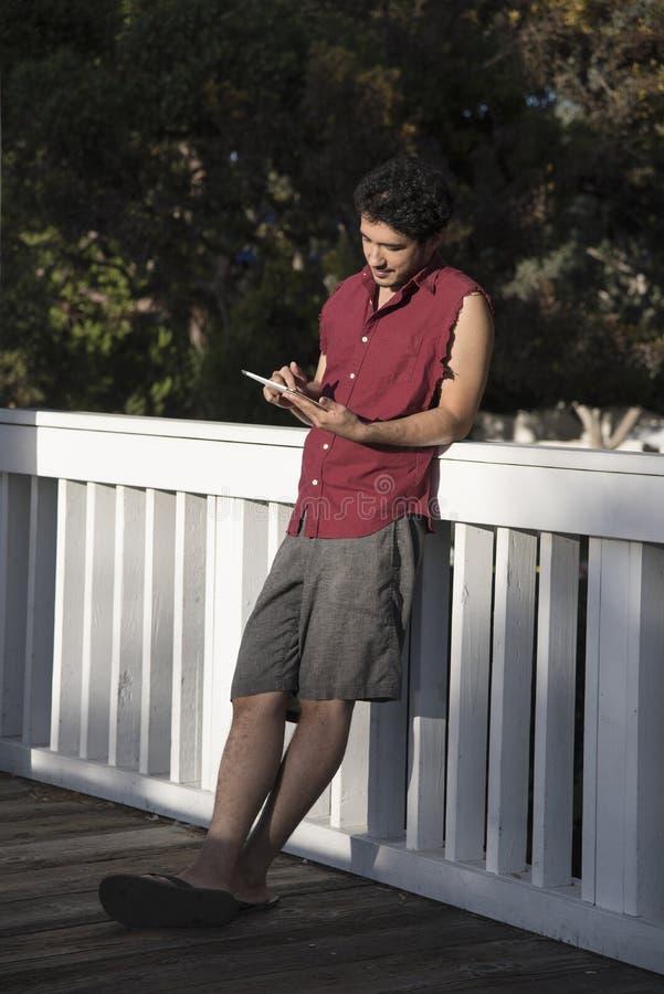Junger Student mit einem Tablet-Computer lizenzfreie stockfotos