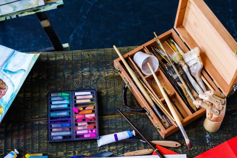 Junger Studentenkünstler am Kunstarbeitsplatz lizenzfreie stockbilder