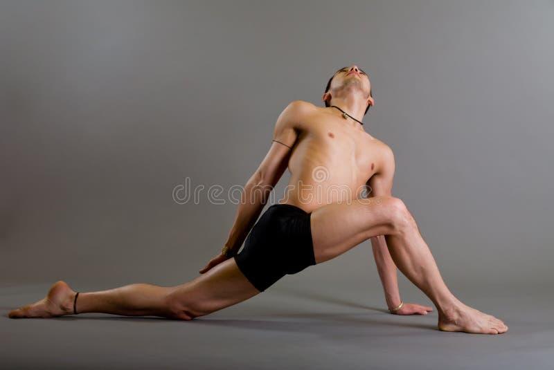 Junger Tänzer über grauem Hintergrund lizenzfreie stockbilder