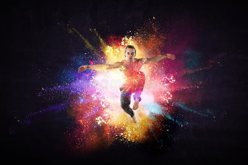 Junger T?nzer des modernen Balletts in einem Sprung Gemischte Medien stockbild