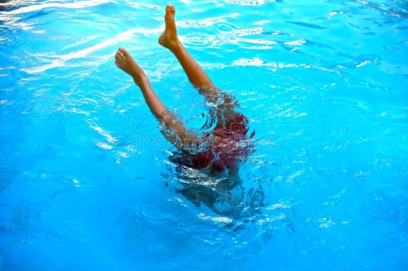 Junger Teenager, der zum Pool taucht stockfoto