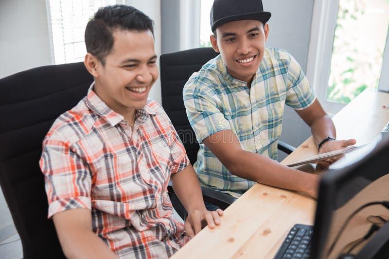 Junger Teilhaber im kleinen Büro stockfotos