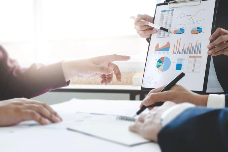 Junger Teilhaberberater, der an Datenressourcenbewertungs-Investition arbeitet lizenzfreie stockbilder