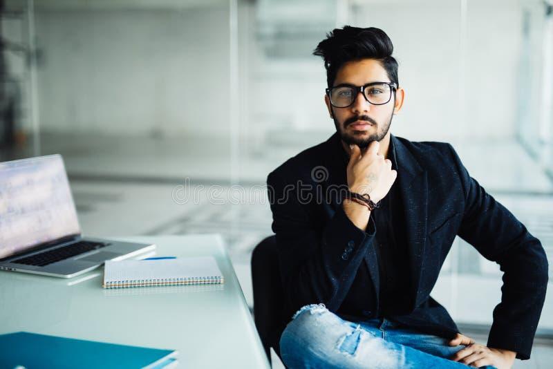 Junger träumerischer indischer Geschäftsmann in der Klage denkend an zukünftige Projektidee der Geschäftsvisionsaussichtplanung b lizenzfreies stockfoto