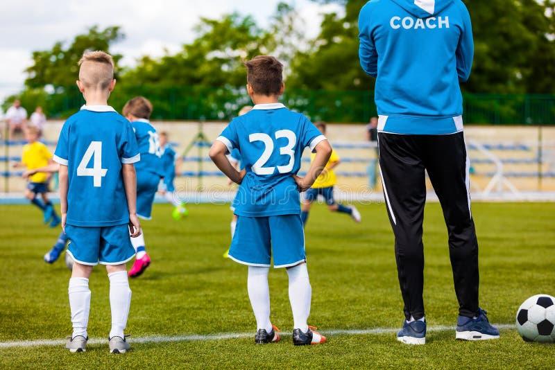 Junger Trainer Coaching Junior Soccer Team lizenzfreie stockbilder