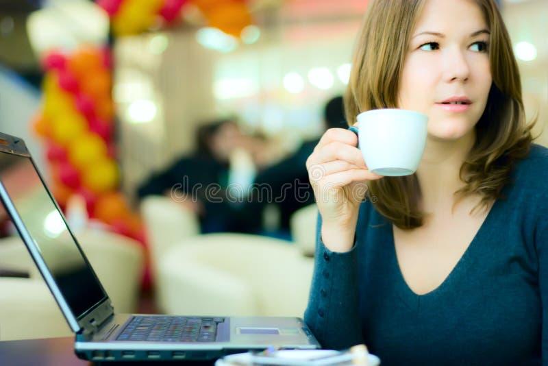 Junger trinkender Kaffee der Geschäftsfrau und Arbeitso stockfotos