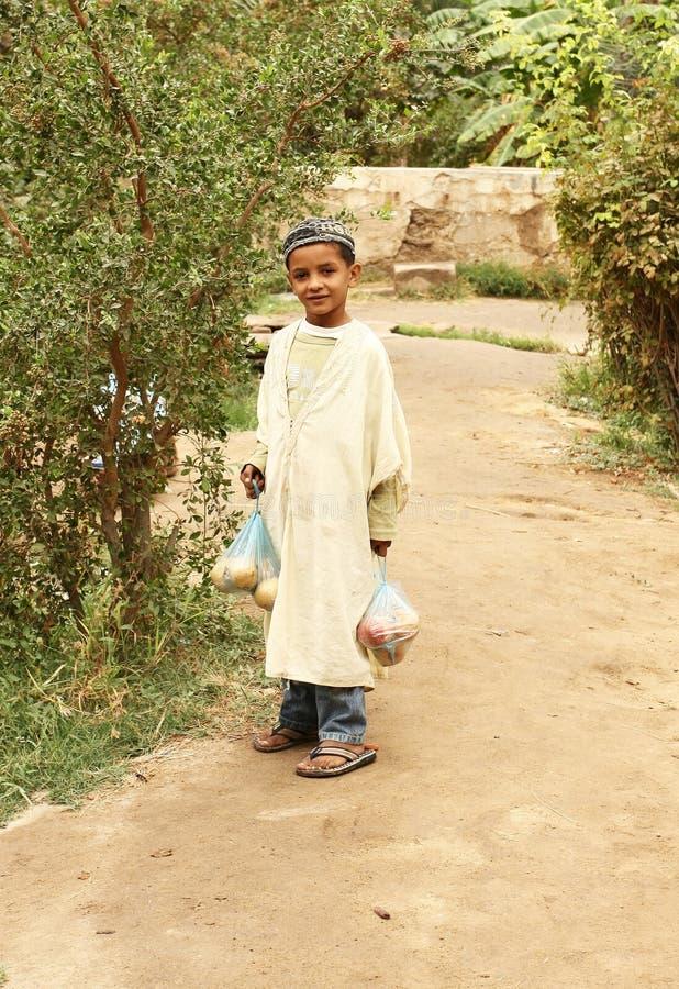 Junger tunesischer Junge in einer Wüstenoase lizenzfreies stockbild
