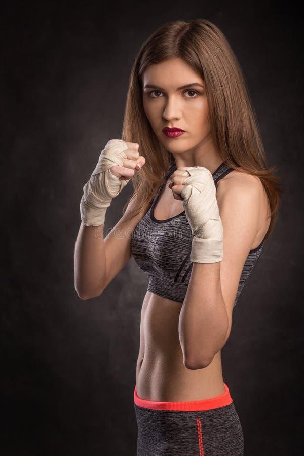 Junger und geeigneter weiblicher Kämpfer in kämpfendem Stand lizenzfreie stockbilder