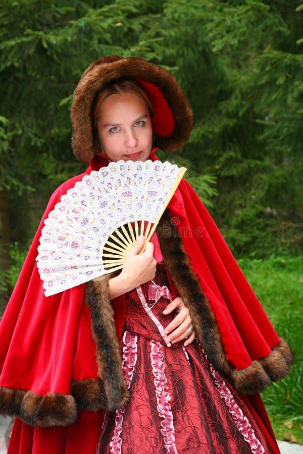 Junger und schöner Mädchenkünstlertrickzeichner in den russischen jungen Damen des traditionellen alten Kostüms zu den willkommen lizenzfreie stockfotos