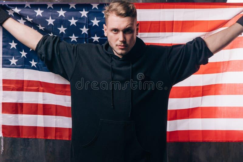 Junger USA-Patriot hält Staatsflagge lizenzfreies stockfoto