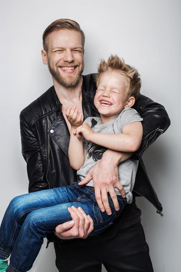 Junger Vater und Sohn, die zusammen lacht Dieses ist Datei des Formats EPS10 lizenzfreie stockfotos