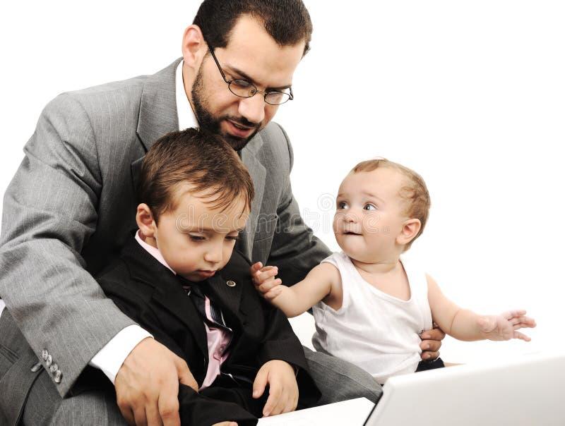 Junger Vater und zwei Kinder stockfotografie